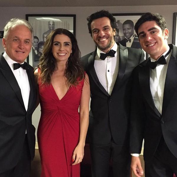 Giovanna Antonelli posa decotada com Rodrigo Lombardi e Adnet