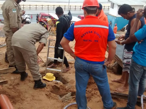 Bombeiros entraram em tubulações em busca de homem desaparecido em Natal (Foto: Divulgação/Defesa Civil de Natal)