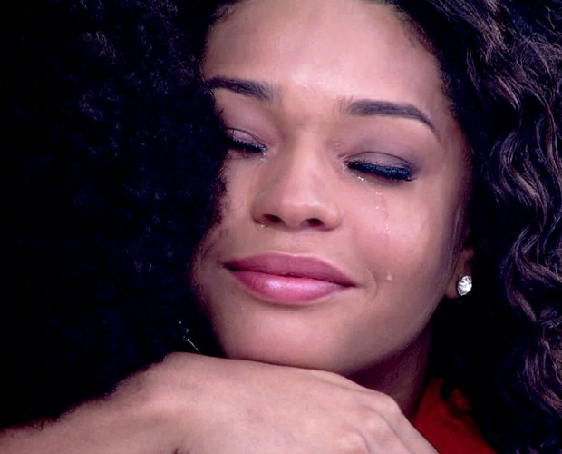 Juliana Alves não conteve a emoção ao ouvir história da estudante Lorena Monique (Foto: TV Globo)