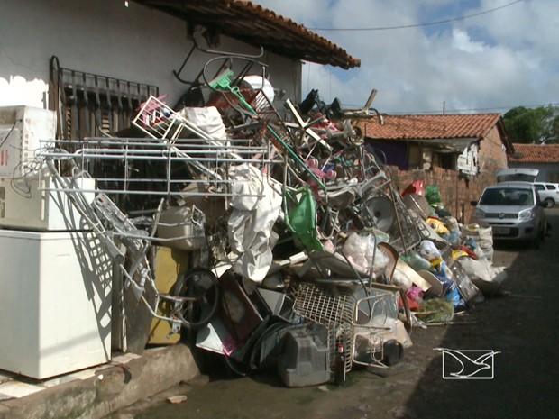 """Duas casas viraram verdadeiros """"sucatões"""" no bairro Liberdade em São Luís (Foto: Reprodução/TV Mirante)"""