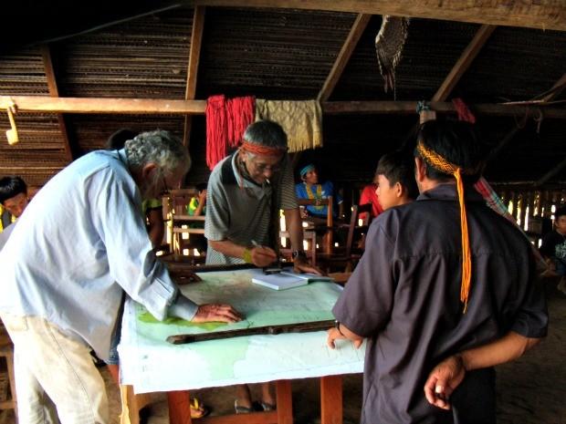 Índigenas ajudam pesquisadores a identificar nos mapas onde foram encontrados vestigios de índios isolados (Foto: Arquivo Pessoal)