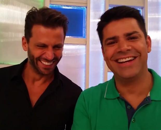 Henri Castelli responde entrevista dos internautas (Foto: Reprodução/ TV Globo)