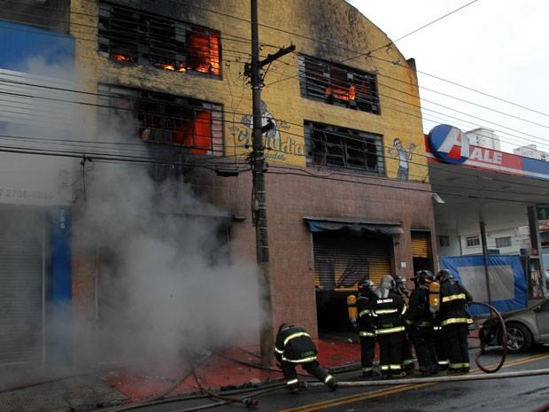 Incêndio destrói loja de sapatos na Zona Leste de São Paulo (Foto: Luiz Guarnieri/Brazil Photo Press/Estadão Conteúdo)