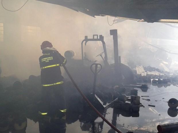 Segundo os bombeiros, parte do telhado cedeu com o calor das chamas; tudo foi perdido (Foto: Corpo de Bombeiros)