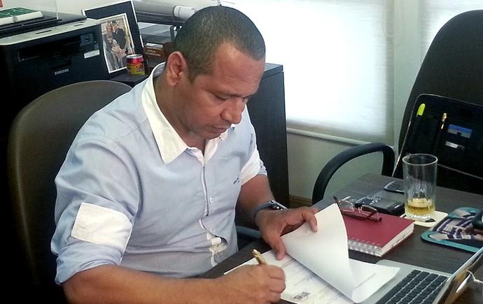 Responsável pela carreira do jogador, Neymar pai toma decisões diariamente no escritório da NR Sports (Foto: Marcelo Hazan)