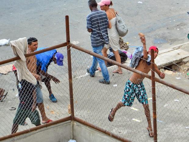 Frequentadores da região da Cracolândia atiram pedras em guardas-civis em tumulto na tarde desta terça-feira  (Foto: Adriano Lima/Agência O Dia/Estadão Conteúdo)
