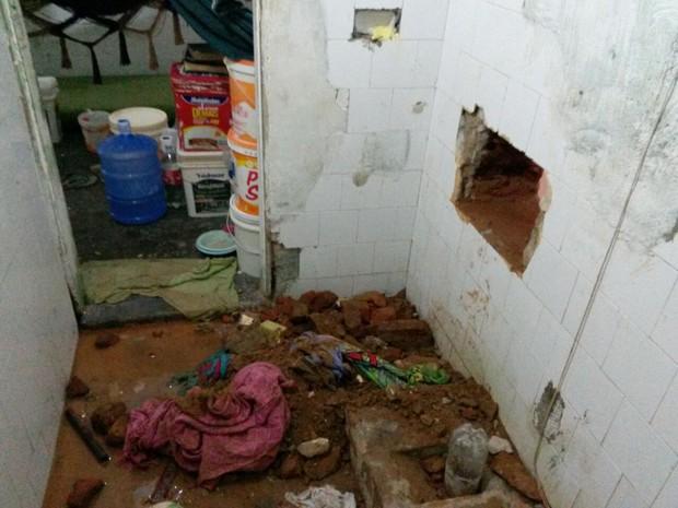 Buraco por onde os presos fugiram dava para a área externa do CDP (Foto: Divulgação/Coape)