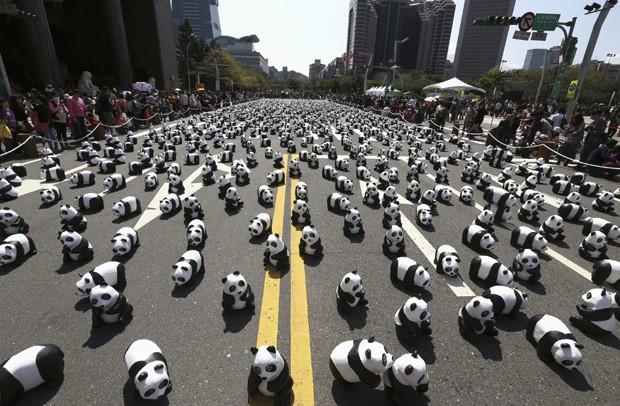 As 1.600 esculturas representam os exemplares de panda-gigante que ainda existem no mundo. (Foto: Reuters/Patrick Lin)