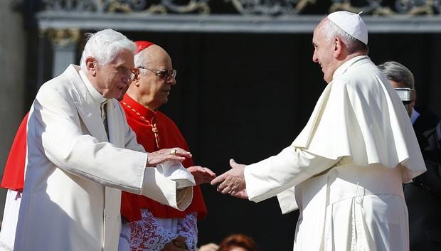 O Papa Francisco e o Papa emérito Bento XVI se cumprimentam em evento no Vaticano neste domingo (28) (Foto: Tony Gentile/Reuters)
