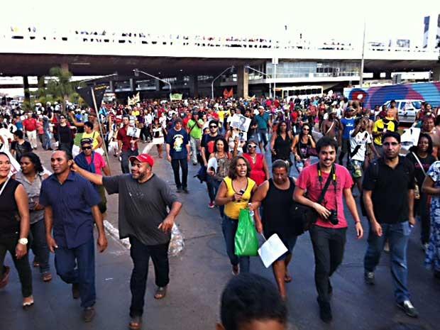 Manifestantes fecham o Eixo Monumental durante protesto contra a Copa e por um ano de desaparecimento de auxiliar de serviços gerais no DF (Foto: Luiza Facchina/G1)
