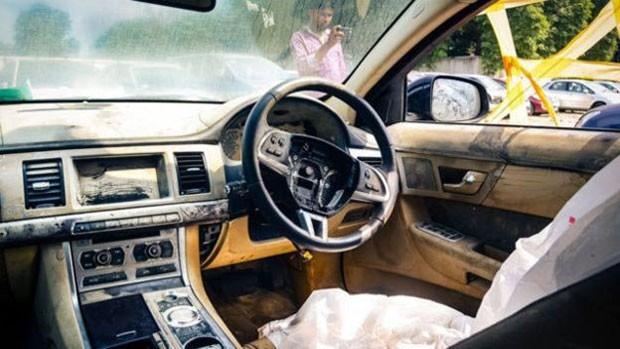 Os leiloeiros dizem que, com reparos nos sistemas elétricos e eletrônicos, que custariam entre US$ 1 mil e US$ 3 mil nas oficinas baratas da Índia, os carros poderiam voltar às ruas (Foto: BBC)