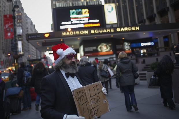 Homem pede esmola em nova York para comprar cerveja (Foto: Adrees Latif/Reuters)