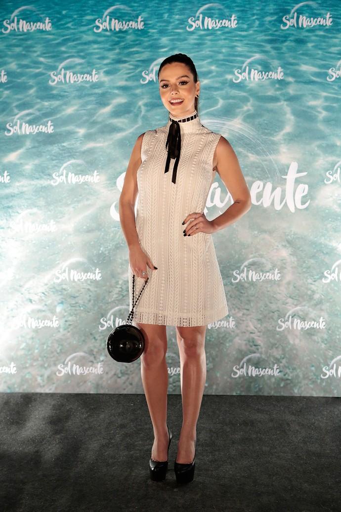 Giovanna Lancellotti escolhe vestidinho claro com acessórios escuros (Foto: Gshow/Felipe Monteiro)