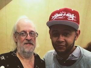 O aranjador e produtor Lincoln Olivetti ao lado de Emicida (Foto: Reprodução/Facebook/Emicida)