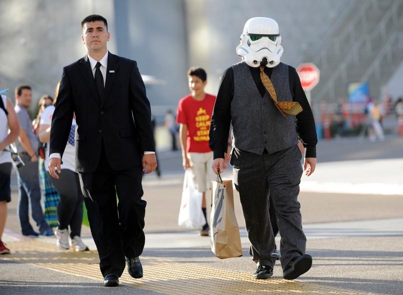 O comediante Jack Black caminha com máscara do Star Wars no primeiro dia da Comic-Con, em San Diego