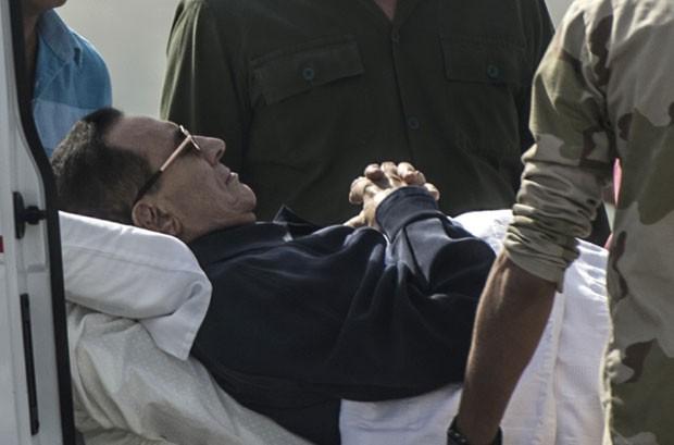 O ex-presidente do Egito Hosni Mubarak é retirado de ambulância em hospital militar neste sábado (27) (Foto: Khaled Desouki/AFP)
