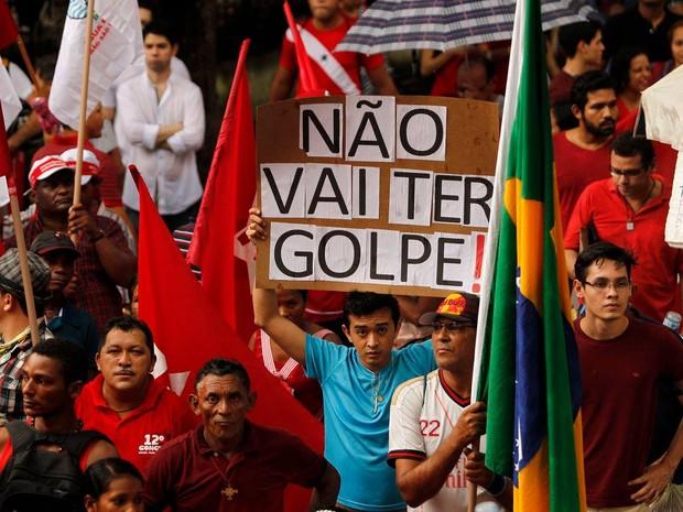 Com cartazes manifestantes diziam que não ia ter golpe. (Foto: Raimundo Paccó/ Framephoto/Estadão Conteúdo)