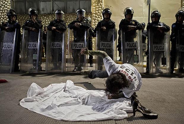 Integrante do movimento 'Yosoy123', que organizou um protesto contra o que considera um favorecimento, por parte da imprensa, do candidato à presidente do México Peña Nieto, do PRI (Foto: AP)