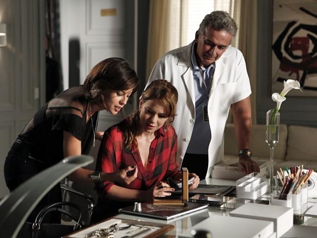 Clara e Patrício mostram os diamantes para Cristina  (Foto: Inácio Moraes/TV Globo)