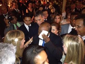 O novo presidente do STF, Joaquim Barbosa, ao receber cumprimentos em coquetel após posse (Foto: Fabiano Costa/G1)