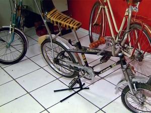 Apaixonado pelas bicicletas compra peças e monta exemplares (Foto: Reprodução EPTV)