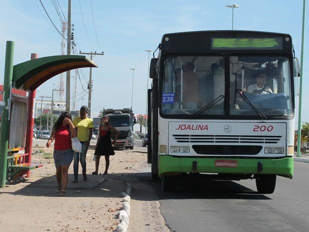 Ônibus não estão cumprindo o itinerário completo (Foto: Henrique Almeida/GloboEsporte.com)