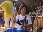 Filho de Ivete rouba cena ao tocar percussão no ensaio de Saulo