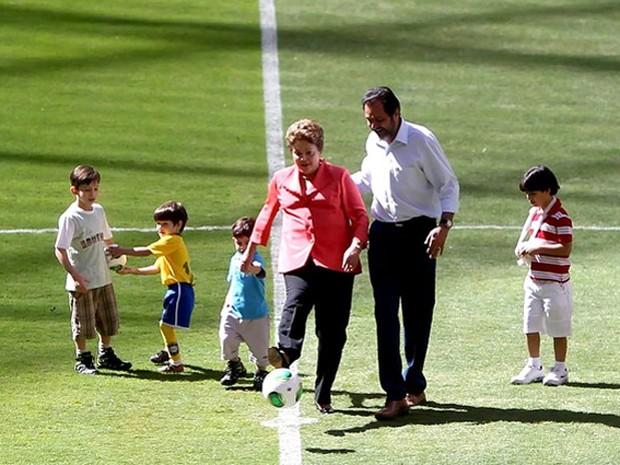 Dilma dá chute inicial no Estádio Nacional de Brasília (Foto: Adalberto Marques / Ag. Estado)