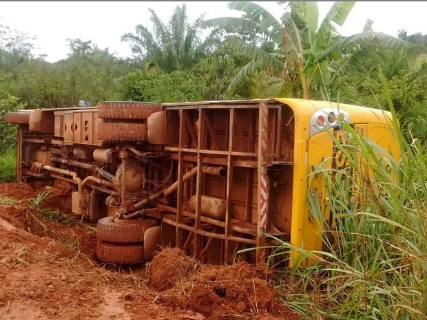 Veículo tombou próximo da estrada rural de São Felipe D'Oeste (Foto: Ismael Luiz da Silva/ Arquivo Pessoal)