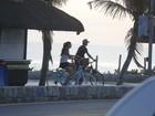 Camila Queiroz e Klebber Toledo passeiam de bicicleta na orla do Rio