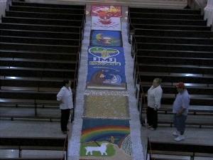 Produção de tapetes durou dois dias  (Foto: TV Verdes Mares/Reprodução)