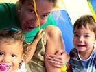 Luana Piovani posa com os gêmeos