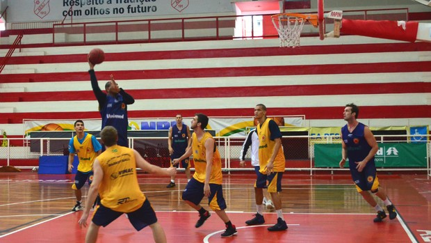 Treino do São José Basquete no ginásio Lineu de Moura (Foto: Danilo Sardinha/Globoesporte.com)