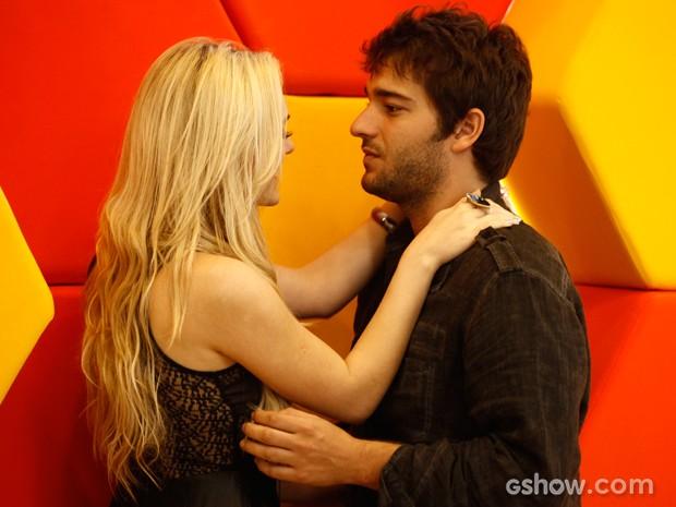 Davi teme que loira arrume confusão para o seu lado (Foto: Inácio Moraes/TV Globo)