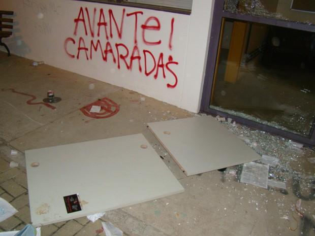 Alunos quebraram vidração e fizeram pichações (Foto: Divulgação/PF)