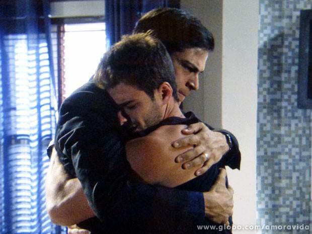 Félix e Anjinho dão um abraço apertado (Foto: Amor à Vida/TV Globo)