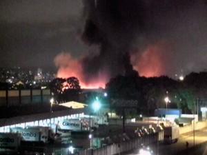 Incêndio mobiliza bombeiros na Zona Norte da capital gaúcha  (Foto: Reprodução/RBS TV)