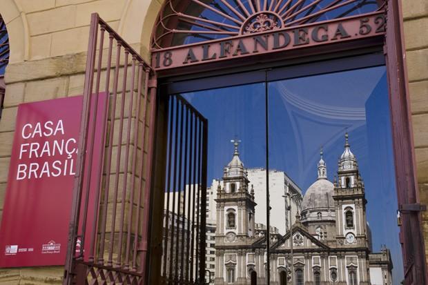 A Casa França-Brasil, antiga Alfândega, ainda possui as marcas da reforma realizada em 1852. No reflexo, a Igreja da Candelária (Foto: Haroldo Castro/ÉPOCA)