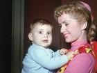 Homenagem: 10 fotos antigas mostram infância de Carrie Fisher com a mãe, Debbie Reynolds