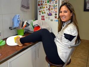 Carolina lava pratos e ajuda nas tarefas da casa da família em Piracicaba (Foto: Fernanda Zanetti/G1)
