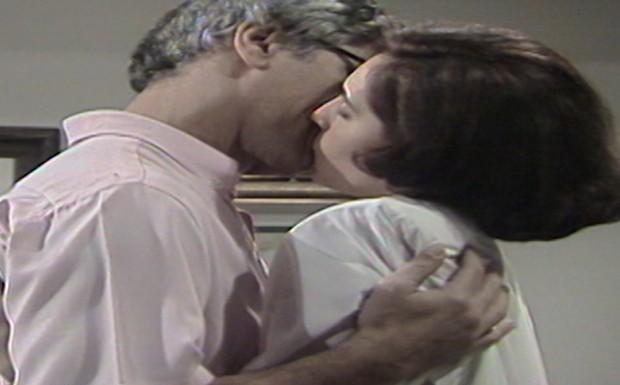 Jô e Fábio beijam-se apaixonadamente