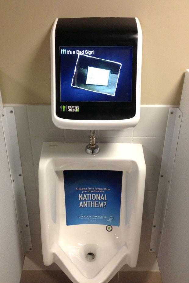 Para controlar o jogo, usuário tem que urinar para esquerda ou direita (Foto: Lehigh Valley IronPigs/AP)