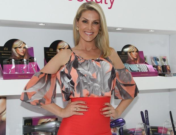 Ana Hickmann visita feira de beleza em SP - Quem   QUEM News e304101da0