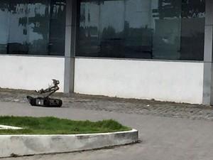 Um robô da PF ajuda a rastrear os explosivos (Foto: Pedro Lins / TV Globo)
