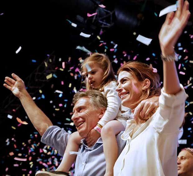 Mauricio Macri comemora com sua mulher, Juliana Awada, e sua filha, Antonia (Foto: Cambiemos / via AFP Photo)