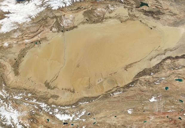 O deserto do Taklimakan, na China: projeto de túnel para levar água e irrigar área tem aprovação do governo (Foto: NASA)