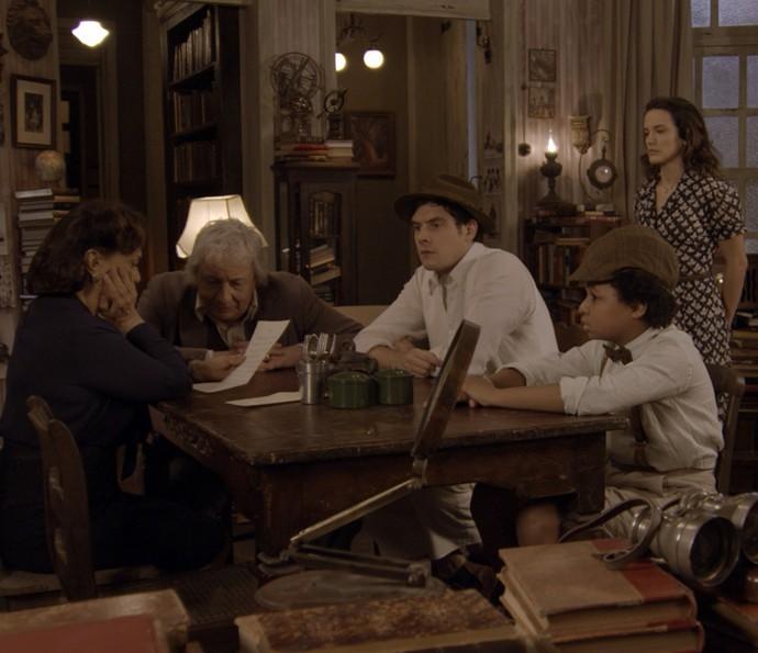 Anastácia lê a carta de Celso: decepção com o sobrinho (Foto: TV Globo)