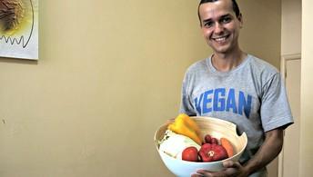 Eduardo Corassa, faz duas refeições diárias com cerca de 4kg de frutas e legumes (Igor Christ/EuAtleta)