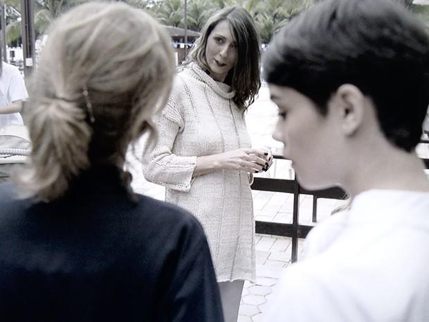 Angela quer saber quem falou mal de Duda (Foto: O Rebu / TV Globo)