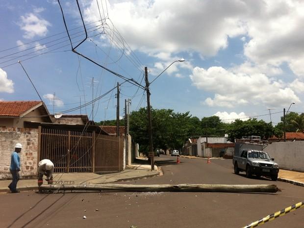 Poste ficou caído na rua depois do acidente (Foto: Thais Luquesi / TV TEM)